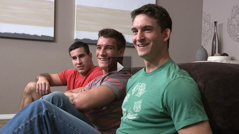 Bareback threesome jocks on video